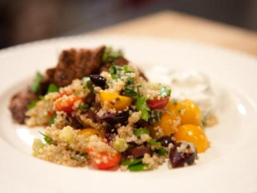 Flavorful Greek Quinoa Salad on numnums.com
